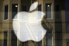 El logo de Apple en una tienda minorista en San Francisco, abr 23 2014. La Comisión Europea lanzará el miércoles una investigación formal sobre los acuerdos de impuestos entre el fabricante de computadoras Apple e Irlanda, informó la televisión estatal irlandesa RTE, que no mencionó fuentes.  REUTERS/Robert Galbraith