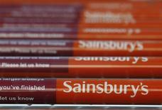 Sainsbury fait état d'une diminution de 1,1% des ventes, hors carburants, de ses magasins ouverts depuis au moins un an lors de son premier trimestre fiscal, clos le 7 juin, après un recul de 3,1% au quatrième trimestre, une mauvaise nouvelle pour le distributeur alimentaire britannique à l'approche du départ de son directeur général Justin King, en poste depuis 10 ans. /Photo d'archives/REUTERS/Luke MacGregor