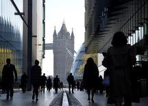 Trabajadores de la ciudad camino a sus labores durante la hora punta en Londres, 16 de abril de 2014. La recuperación del mercado laboral de Gran Bretaña se aceleró en los tres meses hasta abril pues una cantidad récord de personas halló trabajo e impulsó al desempleo a su nivel más bajo en más de cinco años en el período. REUTERS/Toby Melville