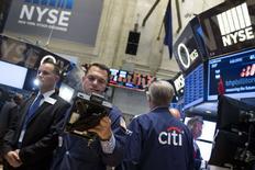 La Bourse de New York a ouvert en repli mercredi, prolongeant sa consolidation de mardi. Dans les premiers échanges, le Dow Jones perd 0,4%. Le Standard & Poor's recule de 0,38% et le Nasdaq cède 0,34%. /Photo prise le 10 juin 2014/REUTERS/Brendan McDermid