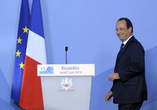 El presidente de Francia, Francois Hollande, sonríe al llegar a la cumbre del G7 en el Consulado Europeo en Bruselas  El Gobierno francés publicó el miércoles un borrador de un mini presupuesto con un recorte extraordinario del gasto público por 4.000 millones de euros (5.400 millones de dólares) y alivios fiscales para casi 4 millones de hogares. REUTERS/Laurent Dubrule (BELGIUM - Tags: POLITICS BUSINESS)