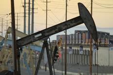 Imagen de archivo de unas unidades de bombeo de crudo, propiedad de Oxy en Long Beach, Estados Unidos, 30 de julio de 2013. Los inventarios de crudo en Estados Unidos cayeron más fuerte a lo previsto la semana pasada, mientras que los de gasolina y destilados subieron, mostró el miércoles un informe de la gubernamental Administración de Información de Energía (EIA por su sigla en inglés). REUTERS/David McNew