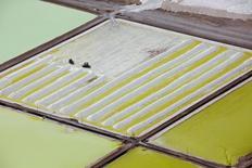Vista aérea de una piscina de litio de la firma Soquimich en el desierto de Atacama, en el Norte de Chile, ene 10 2013. Chile espera tener listo en octubre el informe de una comisión que estudiará el desarrollo de la explotación del litio en el país, dijo el miércoles la presidenta Michelle Bachelet. Reuters/Ivan Alvarado