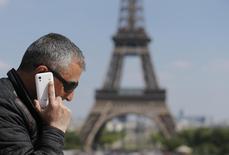 Le ministre de l'Economie Arnaud Montebourg a appelé jeudi les opérateurs télécoms à trouver des solutions alternatives aux plans sociaux et plaidé à nouveau pour un retour à trois acteurs sur le marché français du mobile. /Photo prise le 16 mai 2014/REUTERS/Christian Hartmann