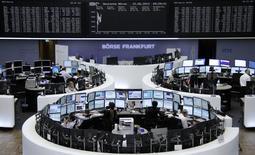 Les Bourses européennes sont stables ou en légère hausse jeudi à mi-séance, l'inquiétude sur la croissance mondiale étant compensée par l'espoir de fusions dans le secteur des télécoms. À Paris, le CAC 40 progresse de 0,19% à 4.563,62 points vers 11h05 GMT. À Francfort, le Dax est quasi-stable et à Londres, le FTSE prend 0,11%. L'indice paneuropéen EuroStoxx 50 est pratiquement inchangé. /Photo prise le 12 juin 2014/REUTERS/Remote