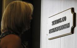 Una mujer espera el ascensor en la oficina regional de la SEC en Fort Worth, el 28 de junio de 2012. Perú inscribió el jueves ante la Comisión de Valores de Estados Unidos(SEC) una emisión de deuda por hasta 4.500 millones de dólares, elevando las expectativas de que el país busque  pronto financiamiento en el mercado internacional, dijo IFR, un servicio financiero de Thomson Reuters. REUTERS/Mike Stone