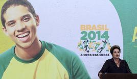 Presidente do Brasil, Dilma Rousseff, durante cerimônia da Copa do Mundo no Palácio do Planalto no começo de junho. 2/6/2014 REUTERS/Joedson Alves
