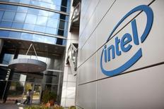 Intel a relevé jeudi ses prévisions de résultats pour le deuxième trimestre et l'ensemble de l'exercice, en disant bénéficier d'une demande plus forte que prévu sur le marché des PC pour entreprises. /Photo d'archives/REUTERS/Nir Elias