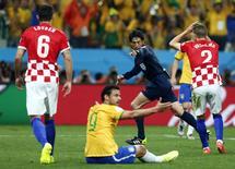 Juiz Yuichi Nishimura marca pênalti para o Brasil durante partida contra a Croácia, na abertura da Copa do Mundo na Arena Corinthians, em São Paulo. 12/6/2014 REUTERS/Murad Sezer