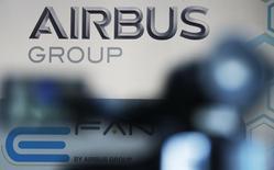 Airbus est à suivre à la Bourse de Paris vendredi. Le constructeur prévoit que ses programmes d'avions seront tous rentables à la fin de la décennie, à l'exception de l'A380. /Photo prise le 25 avril 2014/REUTERS/Régis Duvignau