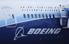Boeing est une des valeurs à suivre vendredi à la Bourse de New York après l'annonce par China Eastern Airlines de la commande de 80 Boeing B737-800 et B737MAX, un contrat d'une valeur de l'ordre de 7,4 milliards de dollars (5,5 milliards d'euros). /Photo d'archives/REUTERS/Kevin Lam