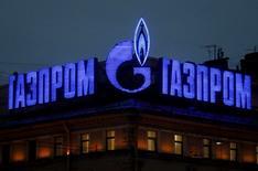 En la imagen, el logo de la empresa rusa Gazprom en un cartel luminosos en un tejado de San Petersburgo, el 14 de noviembre de 2013. Ucrania dijo el viernes que está preparada para pagar un precio de compromiso por el gas natural ruso durante 18 meses para evitar la amenaza de Moscú de cortar los suministros, y ganar así tiempo para alcanzar un acuerdo de precios de largo plazo. REUTERS/Alexander Demianchuk