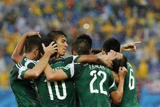 Jogadores do México comemoram gol da vitória sobre Camarões. 13/06/2014  REUTERS/Jorge Silva