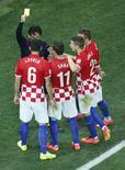 Jogadores da seleção da Croácia cercam árbitro após marcação de pênalti em partida contra o Brasil. 12/06/2014.  REUTERS/Fabrizio Bensch