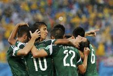 Jogadores do México celebram gol contra Camarões na Arena das Dunas, em Natal. 13/6/2014  REUTERS/Jorge Silva
