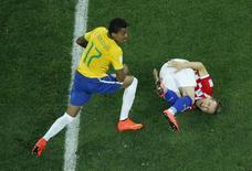 Jogador brasileiro Luiz Gustavo faz falta sobre o croata Luka Modric em jogo de abertura da Copa do Mundo, na Arena Corinthians, em São Paulo. 12/6/2014 REUTERS/Fabrizio Bensch