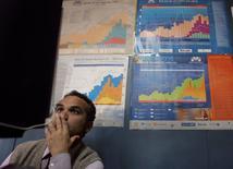 Un operador en una casa de corretaje en Lima, oct 10 2008. El Banco Central de Perú revisará a la baja su estimación de crecimiento económico para este año y proyecta para abril una expansión interanual por debajo del 3 por ciento, dijo el viernes el jefe de estudios económicos del organismo. REUTERS/Pilar Olivares