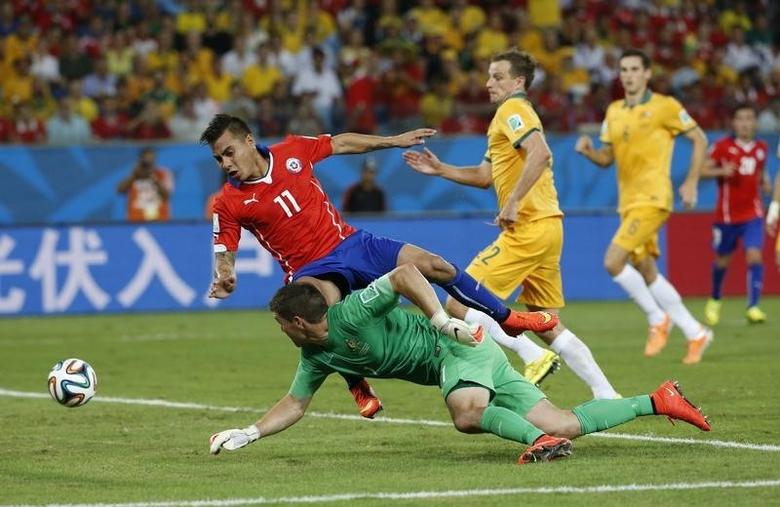 Chile's Eduardo Vargas (11) fights for the ball with Australia's Mathew Ryan during their 2014 World Cup Group B soccer match at the Pantanal arena in Cuiaba June 13, 2014. REUTERS/Eric Gaillard