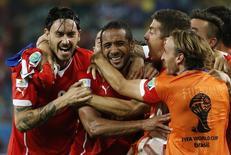 Jogadores chilenos celebram gol durante partida contra Austrália, na Arena Pantanal, em Cuiabá. 13/6/2014  REUTERS/Eric Gaillard
