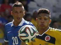 Greece's Jose Holebas (L) and Colombia's Teofilo Gutierrez fight for the ball during their 2014 World Cup Group C soccer match at the Mineirao stadium in Belo Horizonte June 14, 2014.       REUTERS/Paulo Whitaker