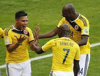 Colombianos comemoram gol contra a Grécia  em Belo Horizonte neste sábado. REUTERS/Leonhard Foeger