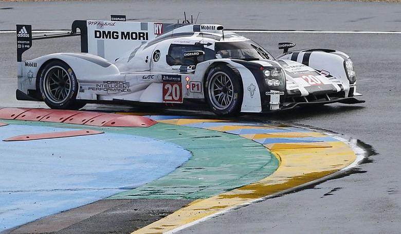 Brendon Hartley drives his Porsche 919 Hybrid number 20 during the Le Mans 24-hour sportscar race in Le Mans, central France June 14, 2014. REUTERS/Regis Duvignau