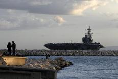 Atenienses observam o porta-aviões norte-americano USS George H.W. Bush no Golfo Sarônico, região de Atenas, na Grécia, em março. 05/03/2014 REUTERS/Alkis Konstantinidis