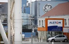Michel Sapin a estimé dimanche que General Electric allait probablement améliorer son offre sur Alstom pour contrer celle que Mitsubishi et Siemens envisagent de soumettre pour la branche énergie du groupe français. /Photo prise le 27 avril 2014/REUTERS/Vincent Kessler