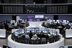 Помещение Франкфуртской фондовой биржи, 16 июня 2014 года. Европейские фондовые рынки снижаются, так как инвесторы решили забрать прибыль после роста рынка, видя ухудшение ситуации в Ираке. REUTERS/Remote/Stringer
