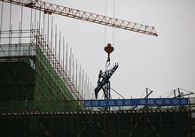 Un trabajador en una grúa en el sitio de construcción de un nuevo edificio en Pekín, 13 de junio de 2014. China confía en que alcanzará su meta de crecimiento de un 7,5 por ciento este año, dijo el lunes el primer ministro chino, Li Keqiang, y agregó que el Gobierno estaba dispuesto a ajustar su política para asegurarse de cumplir ese objetivo. REUTERS/Kim Kyung-Hoon