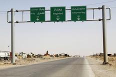 Вид на дорожный указатель к северу от Багдада 13 июня 2014 года. Суннитские повстанцы в воскресенье после тяжелого боя захватили на северо-западе Ирака город с преимущественно туркменским населением, закрепив свои позиции после стремительного наступления, угрожающего Ираку развалом. REUTERS/Stringer