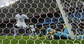 Goleiro de Honduras, Noel Valladares, puxa a bola de dentro do gol durante jogo contra a França, no estádio Beiro-rio, em Porto Alegre. 15/06/2014. REUTERS/Damir Sagolj