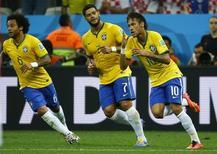 Neymar, Hulk e Marcelo comemoram gol do Brasil contra a Croácia. 12/06/2014 REUTERS/Kai Pfaffenbach