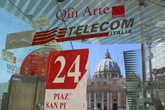 Cabine telefônica da Telecom Italia é fotografada na frente da Basília São Pedro, em Roma. REUTERS/Alessandro Bianchi