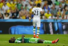 Jogador nigeriano Emmanuel Emenike deita no chão durante partida partida contra o Irã, na Arena da Baixada, em Curitiba. 16/06/2014 REUTERS/Ivan Alvarado