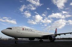 L'Airbus A380, le plus gros avion civil du monde, n'entre pas dans les projets actuels de Delta Air Lines, a déclaré Steve Dickson, vice-président en charge des opérations de vol de la compagnie américaine, en mettant en avant la fiabilité et l'efficacité d'avions de taille inférieure. /Photo d'archives/REUTERS/Jeff Haynes