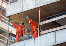 Unos obreros trabajan en las obras de construcción de un edificio en Montevideo, ago 10 2011. La economía de Uruguay se expandió un 2,4 por ciento a tasa interanual en el primer trimestre del año, apoyada en la demanda interna y las inversiones públicas, dijo el lunes el Banco Central.   REUTERS/Andres Stapff