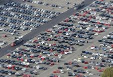 Les ventes de voitures dans l'Union européenne ont augmenté de 4,5% en mai, leur neuvième mois consécutif de progression, selon l'Association des constructeurs européens d'automobiles (ACEA). /Photo d'archives/REUTERS/Fabian Bimmer