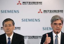 Le président du directoire de Siemens Joe Kaeser et le PDG de Mitsubishi Heavy Industries Shunichi lors d'une conférence de presse à Paris. Les offres de reprise du groupe français Alstom présentées par l'américain General Electric et le tandem germano-nippon Siemens-MHI doivent encore être améliorées, a-t-on fait savoir mardi à l'Elysée. /Photo prise le 17 juin 2014/REUTERS/Christian Hartmann