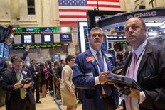 Un grupo de trabajadores en la rueda de operaciones de Wall Street en Nueva York, jun 13 2014.  Las acciones en Estados Unidos iniciaban la rueda del martes a la baja luego de la publicación de datos más débiles a los esperados para el mercado de bienes raíces, y mientras la Reserva Federal se preparaba para una reunión de política monetaria de dos días.   REUTERS/Brendan McDermid