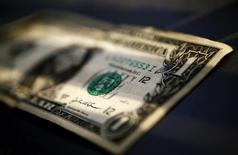 Долларовая купюра в Торонто 26 марта 2008 года. Доллар удерживает позиции, завоеванные во вторник после сообщения о наиболее сильном за последний год росте потребительских цен в США в мае. REUTERS/Mark Blinch