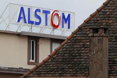 Vers 12h45, Alstom (+0,98%) reste toujours au centre des attentions du marché. Au même moment, le CAC 40 est pratiquement inchangé à 4.538,34 points. /Photo d'archives/REUTERS/Vincent Kessler