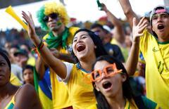 Fans de Brasil reaccionan ante un partido contra México en la  Copa del Mundo 2014 en Manaus, 17 de junio de 2014. Muchos hinchas llegaron a Brasil para el Mundial imaginando una fiesta de seis semanas con una embriagadora mezcla de fútbol de alta calidad, playas tropicales y cócteles de caipirinha con el ritmo de fondo de la samba. REUTERS/Murad Sezer