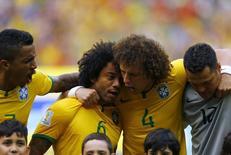 Jogadores do Brasil antes de partida contra México, na Arena Castelão, em Fortaleza. 17/6/2014 REUTERS/Marcelo Del Pozo