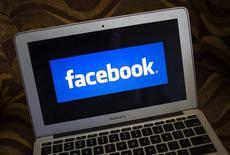 Facebook, à suivre jeudi sur les marchés américains. Les sites internet et mobiles du réseau social ont été brièvement inaccessibles jeudi dans de nombreux pays, pour une raison inconnue dans l'immédiat. /Photo d'archives/REUTERS/Eric Thayer