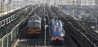 Составы с углем на железнодорожной станции города Заозерный 22 сентября 2009 года. Российские железные дороги ухудшили прогноз перевозок в 2014 году и теперь ждут их снижения на 1 процент, сказал вице-президент РЖД Салман Бабаев в четверг. REUTERS/Ilya Naymushin