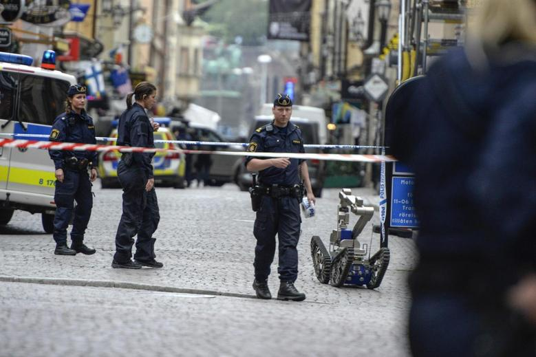 Policemen and a bomb robot are seen in a cordoned-off area in the old town of central Stockholm June 19, 2014. REUTERS/Bertil Ericson/TT News Agency