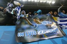Torcedores do Uruguai mostram cartaz de apoio ao atacante Luis Suárez, após ele ter feito dois gols contra a Inglaterra, na Arena Corinthians, em São Paulo. 19/6/2014 REUTERS/Ivan Alvarado