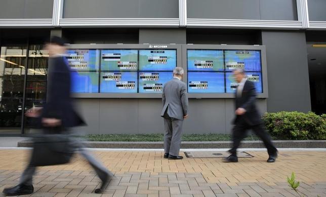 6月20日、「モノ言う株主」村上ファンドの幹部だった丸木強氏が、ロイターのインタビューに応じ、日本企業の問題点として、現金を溜め込み過ぎていると指摘した。写真は都内の株価ボード。4月撮影(2014年 ロイター/Toru Hanai)