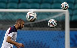 Нападающий сборной франции Карим Бензема на тренировке в Салвадоре 19 июня 2014 года. Швейцария в пятницу сыграет с Францией в матче группы Е чемпионата мира по футболу в Бразилии. REUTERS/Marcos Brindicci